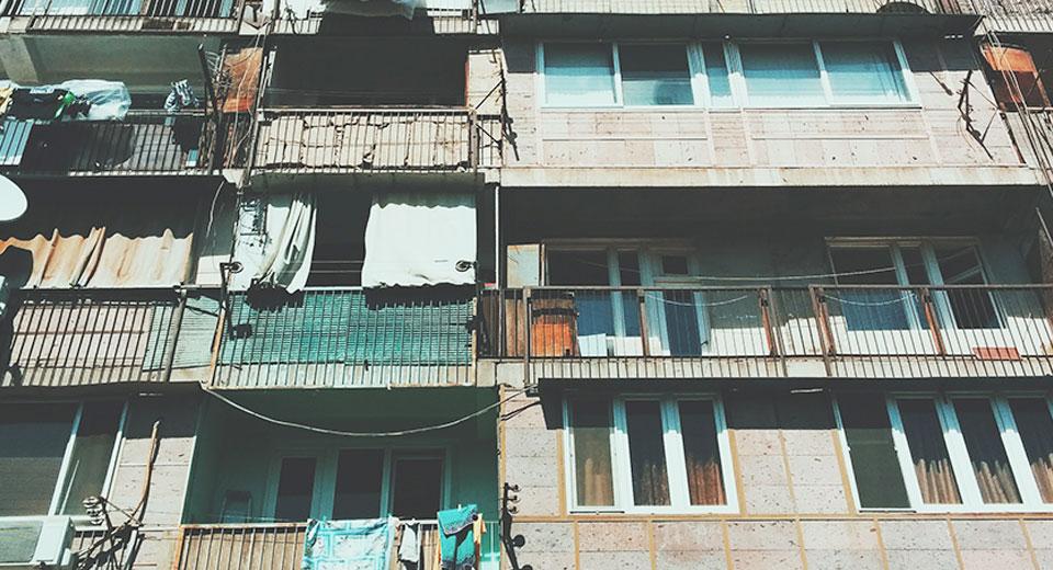Можно ли курить на балконе: права и обязанности сторон