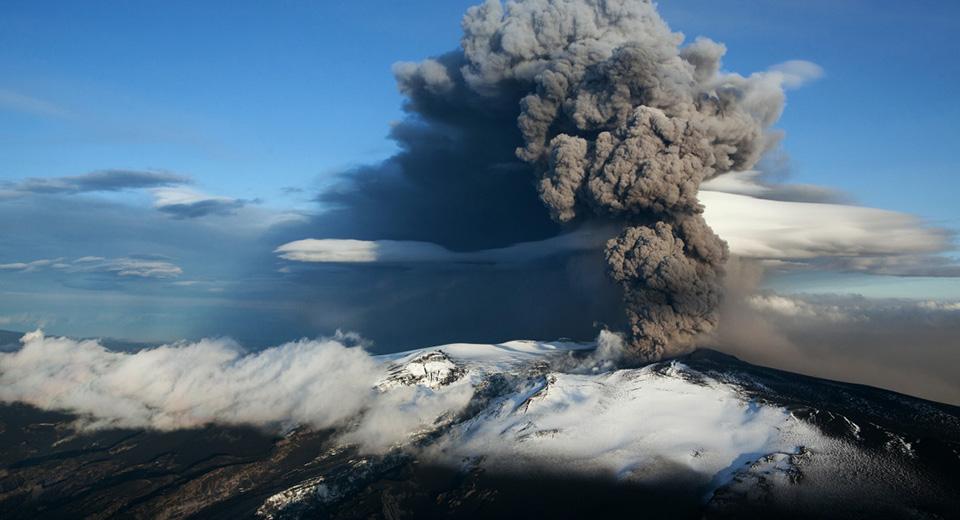 Вулкан извергающий дым и пыль