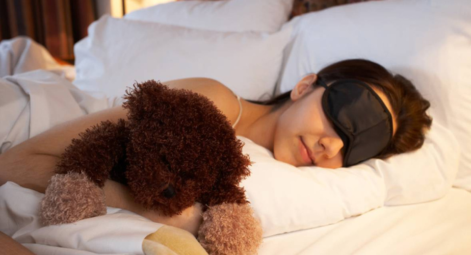 Девушка в повязке для сна
