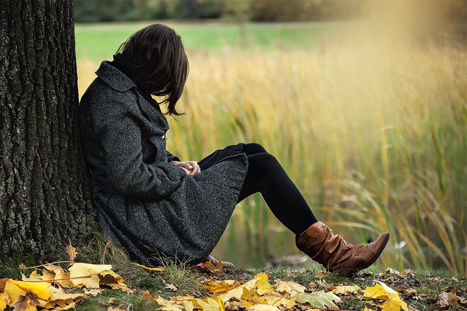 Осень.Девушка плачет под деревом.