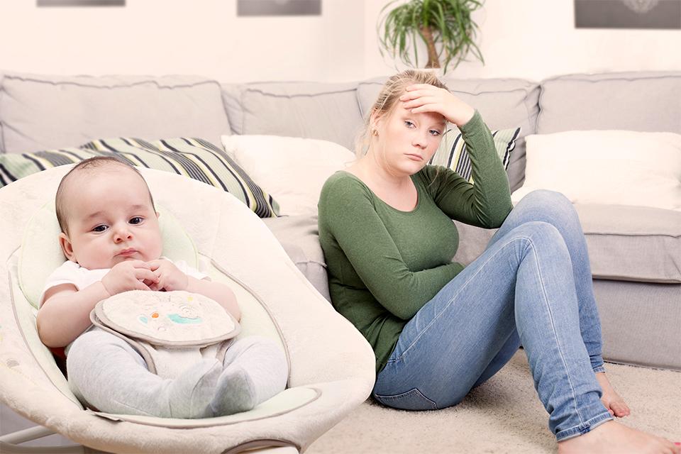 Грустная женщина и ребенок