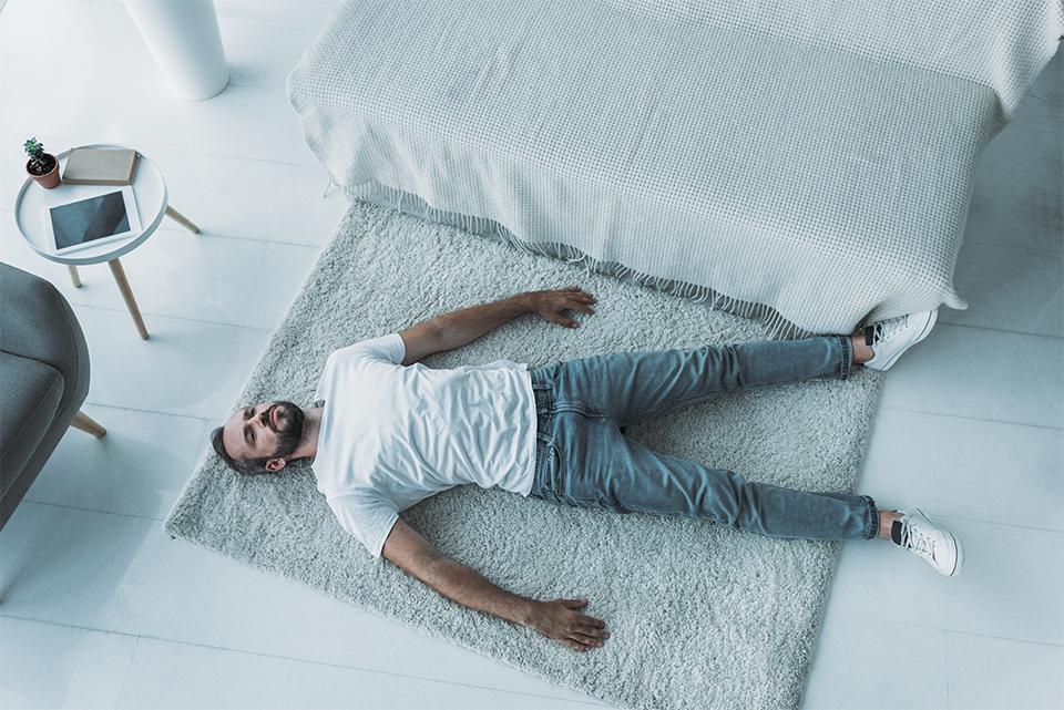 Лежащий мужчина