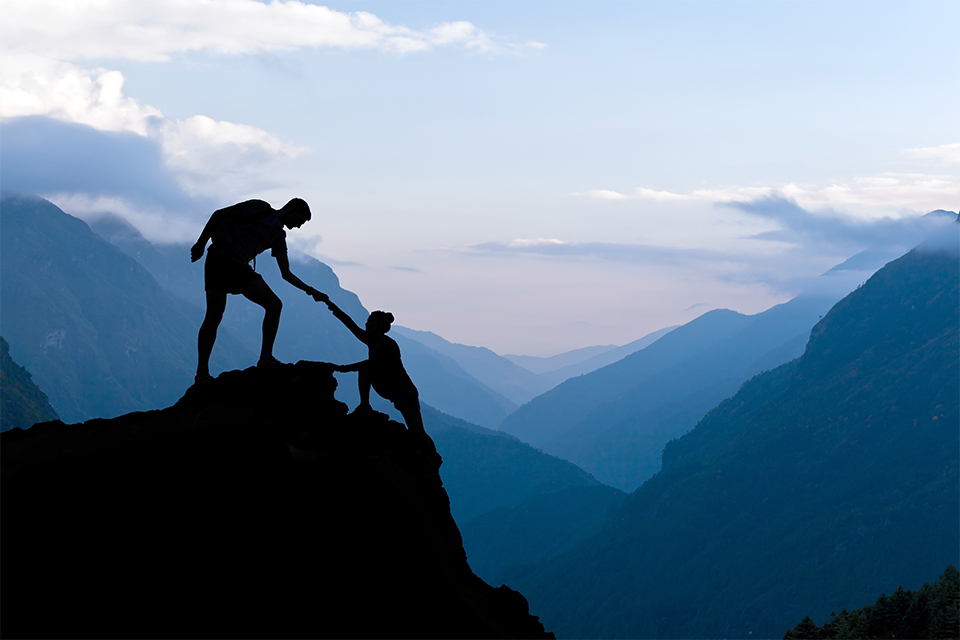 Один человек помогает другому