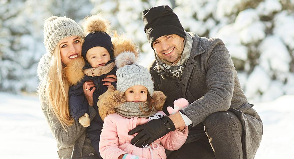 Семья зимой на улице