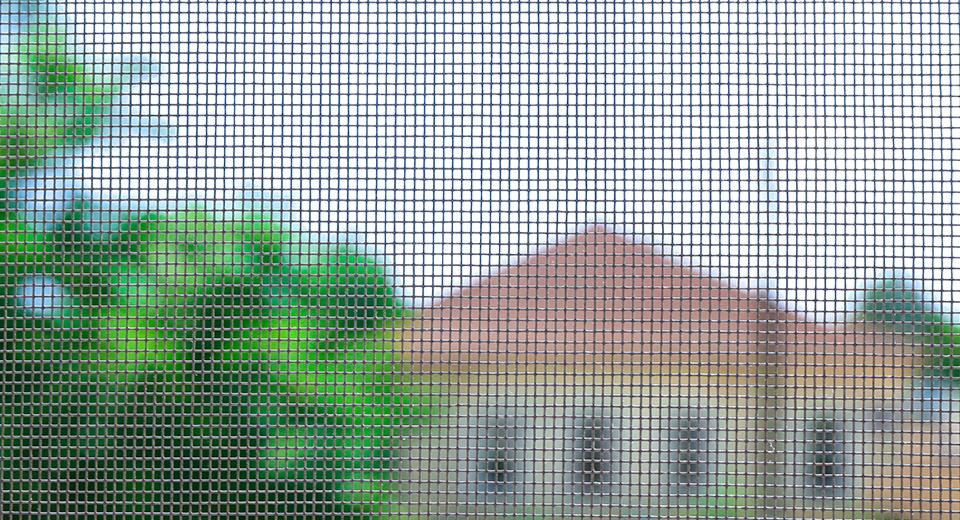Как работает сетка на окно «Антипыль» и спасет ли она от пыли